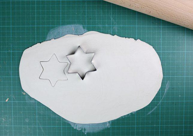 Ausstechen der Sterne aus der Modelliermasse