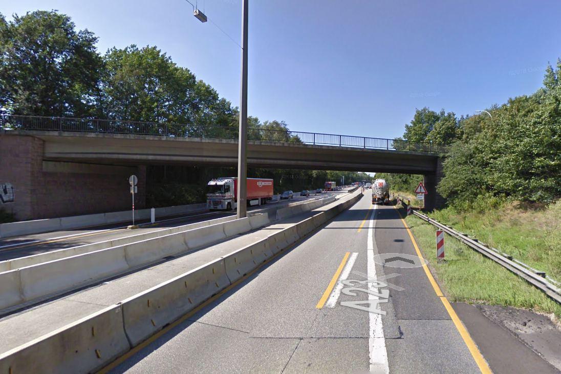 Unbekannter wirft Blumentopf von Autobahnbrücke auf PKW