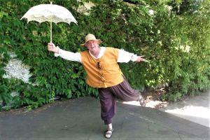 """Die Delikaten führen das Theaterstück """"Don Quijote"""" im Park des Isebekkanals auf. Foto: Theatergruppe Die Delikaten"""