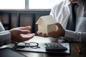 2 Berater bei einer Hypothekenvereinbarung