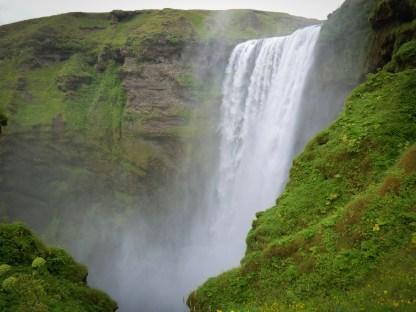 Nicht nur der märchenhafte Wasserfall, sondern auch das liebevoll eingerichtete Volkskundemuseum sind ein Stopp im Dörfchen Skógar wert.