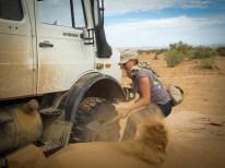 Das kann nicht ausbleiben, wenn man einen schweres Fahrzeug versucht, eine Düne hochzufahren: ausbuddeln!