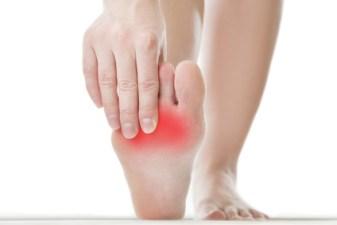 Warzen verursachen Druckschmerzen am Fuß