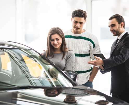 couple choosing car and asking car insurance grace period