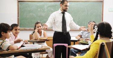 Professor é afastado de escola após ler versículos da Bíblia para seus alunos, na França
