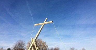 Cristãos colocam cruz em terreno para impedir construção de mesquita