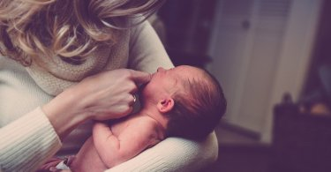 """Mãe é orientada a abortar filho com síndrome, mas bebê nasce saudável: """"Foi um milagre"""""""