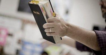 """Bíblia é considerada livro """"homofóbico"""" e impedida de ser ensinada em escola, no Canadá"""