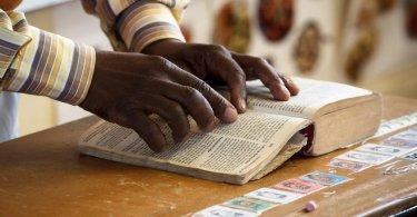 Bíblia deve chegar a 98% da população mundial em 18 anos, diz tradutor