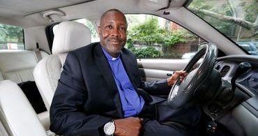 """""""Igreja sobre rodas"""" evangeliza passageiros do Uber"""