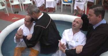 Mais de 50 detentos são batizados após evangelismo em presídio de Itajaí