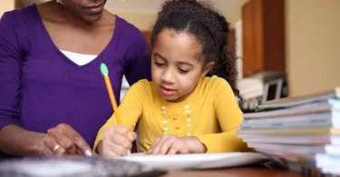 Homeschooling: conheça o método dos pais que ensinam os filhos em casa