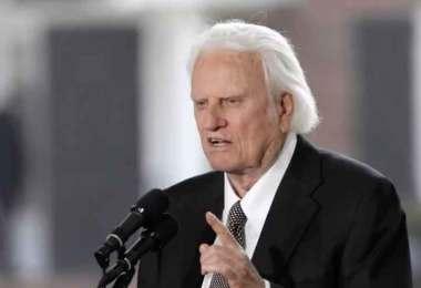 """""""Enfrentamos tentações ainda maiores depois que nos entregamos a Jesus"""", diz Billy Graham"""