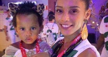 """Atriz da Globo se diz inconformada por filha gostar de brincar com """"coisas de menina"""""""