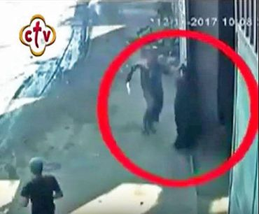 Muçulmano mata bispo e desenha cruz com sangue na testa