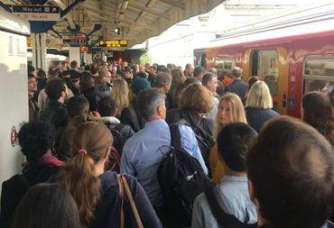 Passageiros do metrô fogem em pânico após evangelista ler a Bíblia