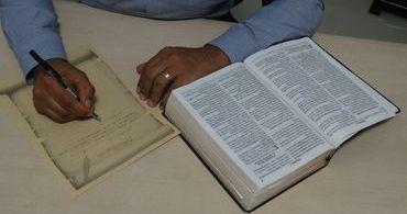 Igreja se une para transcrever a Bíblia