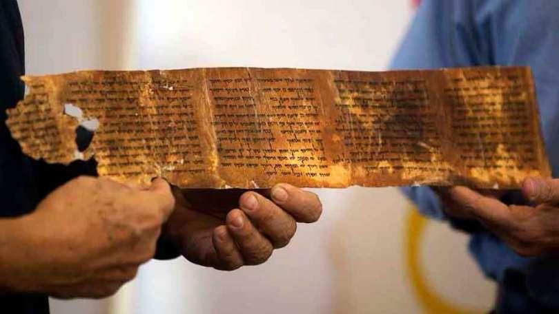 Réplica de segmento dos Manuscritos do Mar Morto, que possuem mais de 2 mil anos de idade. (Foto: Menahem Kahana/AFP)