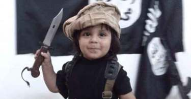 Estado Islâmico treina criança de 3 anos para degolar pessoas