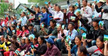 Missionários se arriscam para distribuir Bíblias aos refugiados, na Albânia