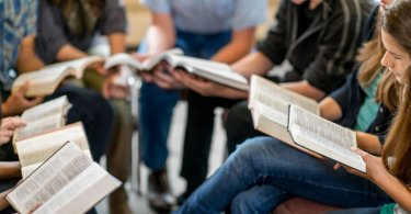 Escola proíbe alunos de estudar a Bíblia na hora do almoço, nos EUA