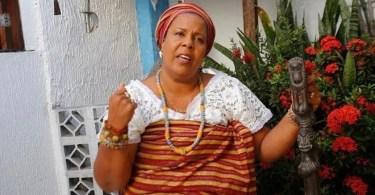 Mãe de santo protesta contra entrega de Bíblias em câmara de vereadores, na Bahia