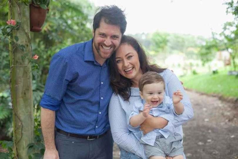 Rodrigo e Fabiana Bertotti segurando o primeiro filho do casal, Theodoro. (Foto: Reprodução/Facebook)