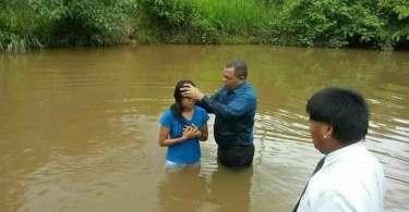 Pastor batiza 35 indígenas no Mato Grosso e recebe críticas na internet