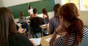 """Professora é acusada de terrorismo por dizer """"Deus te ama"""" a estudante lésbica"""