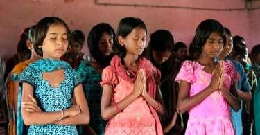 """Meninas espancadas pela família por se converterem mantêm a fé: """"Queremos obedecer Jesus"""""""