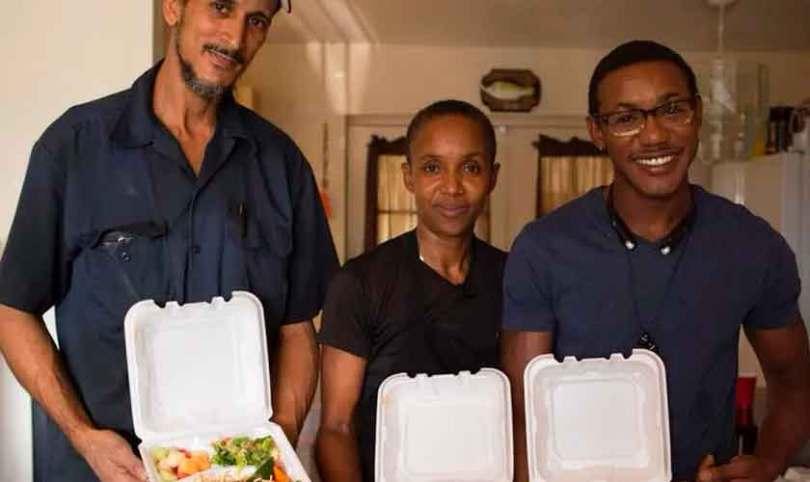 """Mulher fez mais de 75 mil marmitas em sua casa para moradores de rua: """"Propósito de Deus"""""""