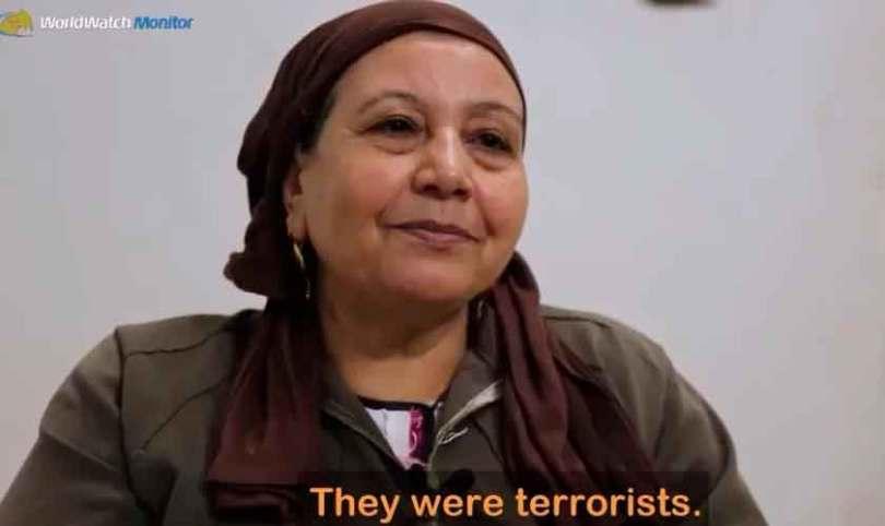 Cristã que teve o filho fuzilado pelo Estado Islâmico ora por terroristas