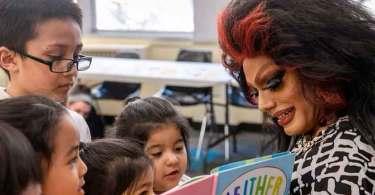 Drag queens se fantasiam e incentivam crianças a serem transformistas, nos EUA