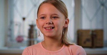 """Menina que sofria com mãe alcoólatra é resgatada por cristãos: """"Pedi a Jesus uma família"""""""