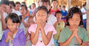 Cristãos são obrigados a assinar documentos prometendo não orar na igreja, em Mianmar