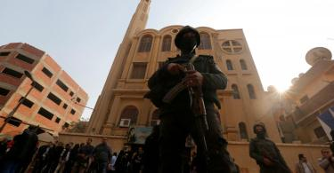 Homem usa lâmina e Alcorão para atacar cristãos durante culto, no Egito