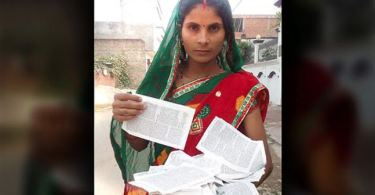 """Mulher que teve Bíblia rasgada dá lição de perseverança: """"A Palavra é tudo para mim"""""""