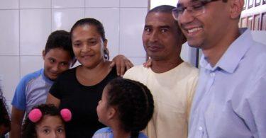 Família que vivia em barraco recebe casa com ajuda de alunos de colégio cristão