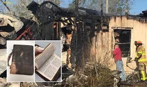 """Bombeiro se emociona ao achar Bíblia intacta em incêndio: """"Nenhuma parte foi queimada"""""""