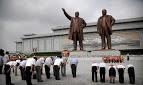 Crianças são induzidas a idolatrar ditadores com oferendas na Coreia do Norte