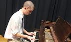 Teste de fé: Jovem volta a tocar piano após remoção de tumor cerebral