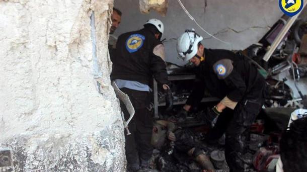 Servicios de rescate sacan un cadáver tras un ataque aéreo en Idlib. Foto: Efe.
