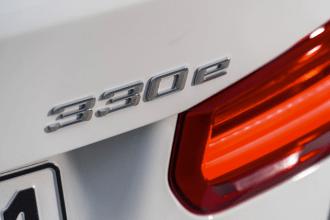 2017-BMW-330e-11