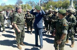 El ministro se coloca la boina verde de la unidad