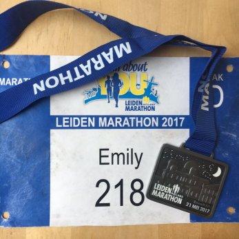 Leiden Marathon 2017's astronomy-themed prize: a glow-in-the-dark Leiden observatory medal.
