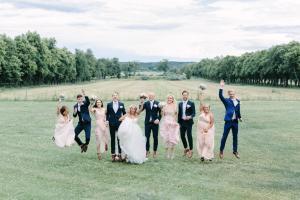 Hoppande bröllopspar