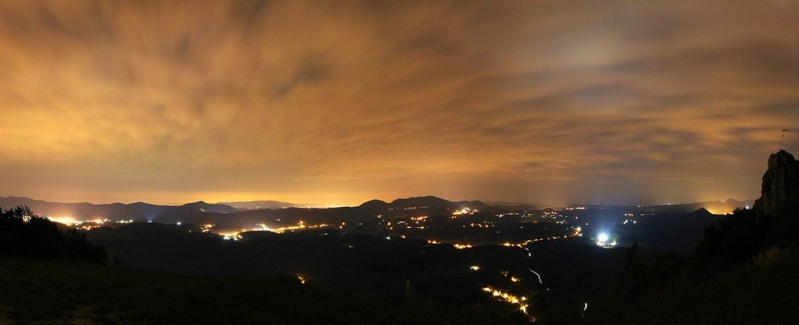 Panoramski pogled sa Ravne gore. U oči upada velika plavičasta mrlja na oblacima koju proizvode dvorac Trakošćan i prateći objekti.