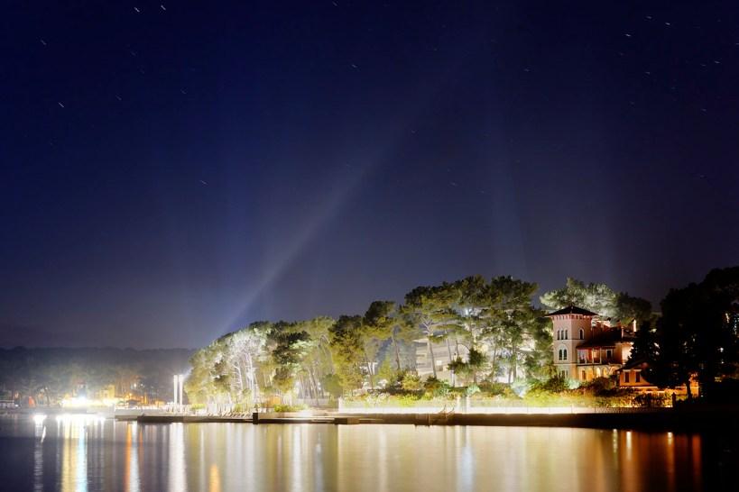 Uvala Čikat na Malom Lošinju, svjetlosno onečišćenje hotela uništava ekosustva zaštićene park-šume.