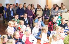 Prezidentė su JAV lietuvių bendruomenės nariais ir lituanistinių mokyklų mokiniais dalyvauja Atvelykio šventėje. Nuotr. prezidentas.lt