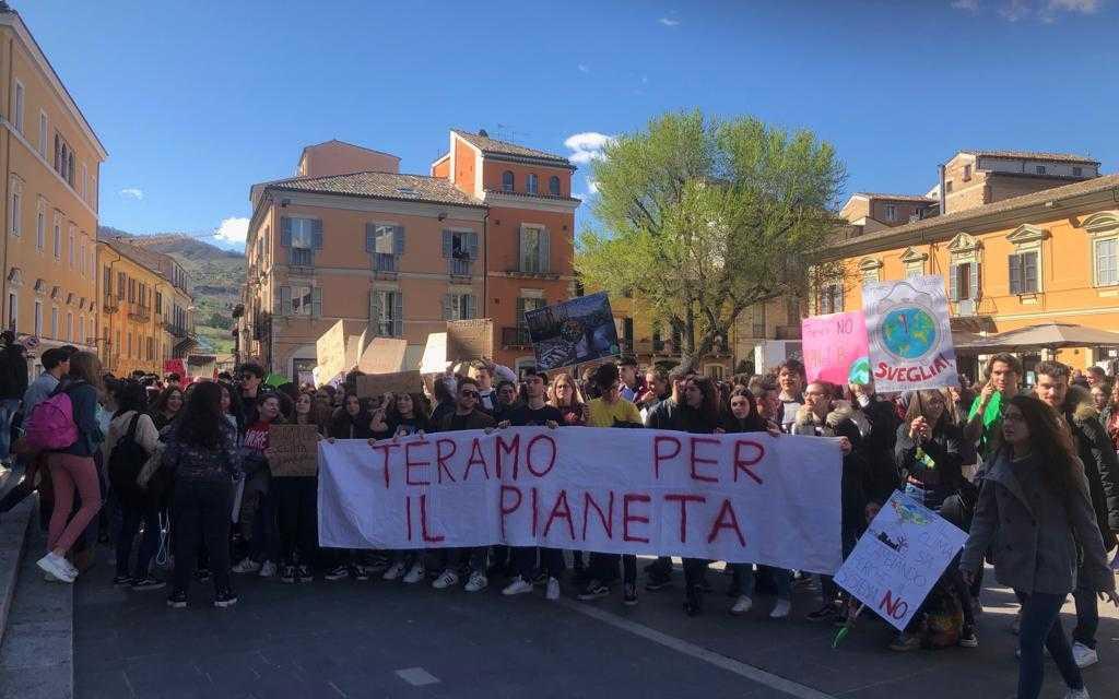 FOTO e VIDEO | #FridaysForFuture, a Teramo centinaia di studenti hanno manifestato contro il cambiamento climatico